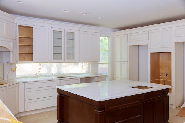 Innenarchitekturbau einer küche mit dem tischler, der gewohnheit installiert Premium Fotos