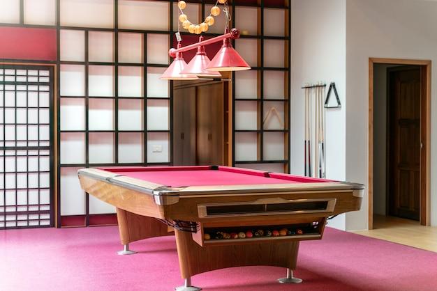 Innenarchitekturwohnzimmer mit rosa snookertabelle im haus Premium Fotos