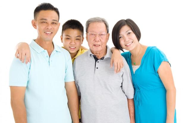 Innenporträt der schönen familie des asiaten 3 über weißem hintergrund Premium Fotos