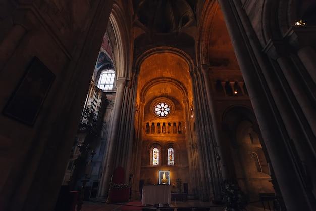 Innenraum der kathedrale mit fenstern verschiedener formen und mit hohen bögen und säulen Premium Fotos