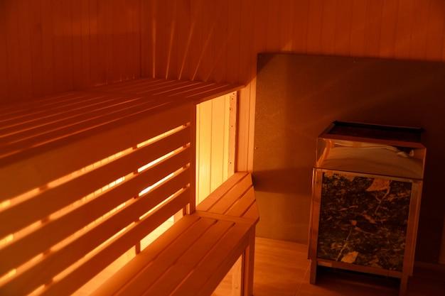 Innenraum der kleinen hölzernen hauptsauna Premium Fotos
