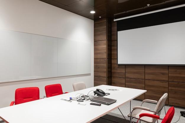 Innenraum der leeren modernen chefetage im kreativen büro Premium Fotos