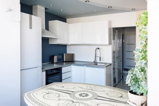 Innenraum der modernen küche in einer geräumigen wohnung Premium Fotos