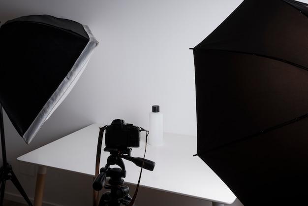 Innenraum des berufsfotostudios beim schießen der flasche Kostenlose Fotos