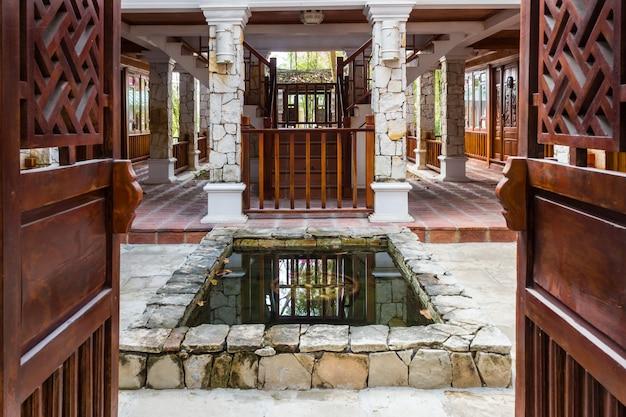 Innenraum des tropischen hotels mit einem teich Premium Fotos