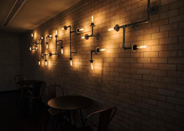 Innenraum eines cafés mit backsteinmauern Kostenlose Fotos