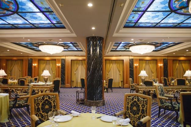 Innenraum eines fünf-sterne-premium-hotels. Premium Fotos