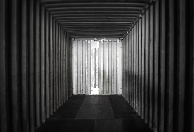 Innenraum eines leeren frachtcontainers. lagerlogistik und güterverkehr. Premium Fotos