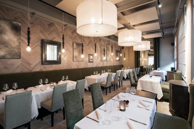 Innenraum eines modernen hochwertigen restaurants Premium Fotos