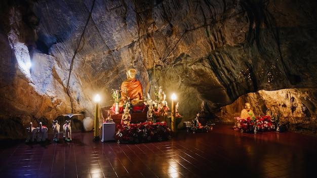 Innenraum tham-pha jom des goldenen tempels in der höhle in chiang rai, thailand Premium Fotos