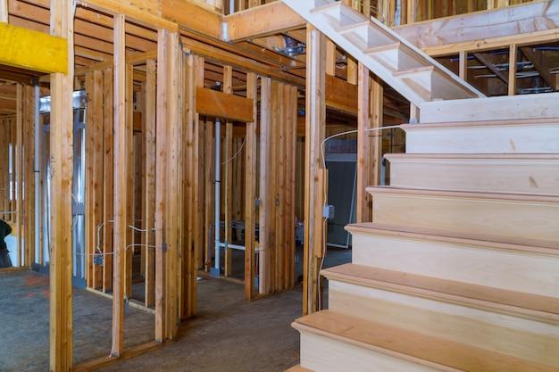 Innenraum von holzbalken eines neuen hauses an der bauwohnhausgestaltung Premium Fotos