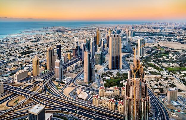 Innenstadt von dubai vom burj khalifa tower aus gesehen Premium Fotos