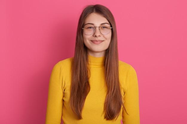Junge blonde Teenie-Brille