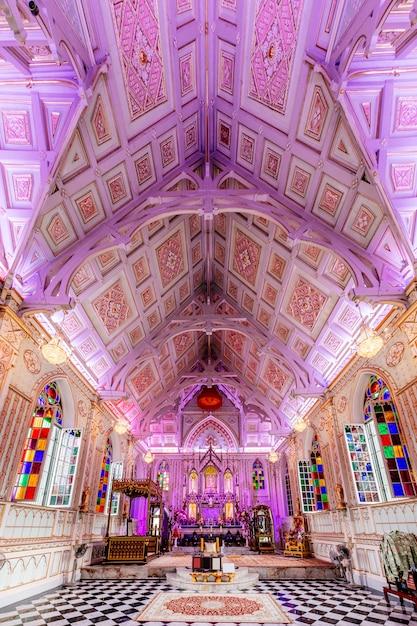 Innere kirche mit schöner decke in thailand Kostenlose Fotos