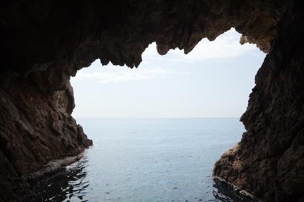 Innerhalb der höhle in der klippe Kostenlose Fotos