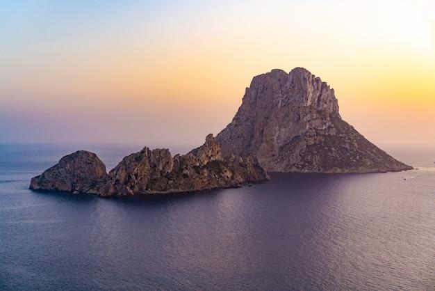 Insel-sonnenuntergang es vedra in den balearen Premium Fotos