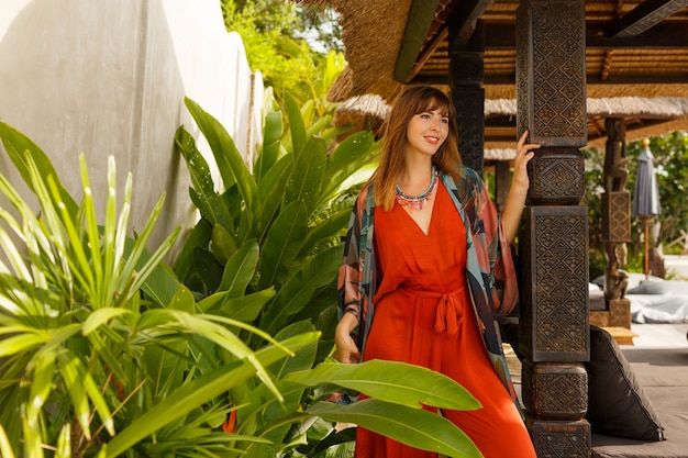 Inselmode. verführerische stilvolle frau in böhmischer sommerkleidung, die im tropischen luxusresort aufwirft. urlaubskonzept. Kostenlose Fotos