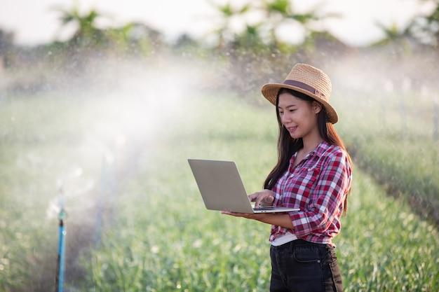 Inspektion der aromatischen gartenqualität durch landwirte Kostenlose Fotos