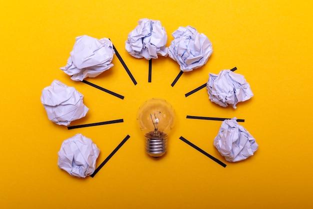Inspirationskonzept zerknitterte metapher des papiers und der glühlampe für gute idee Premium Fotos