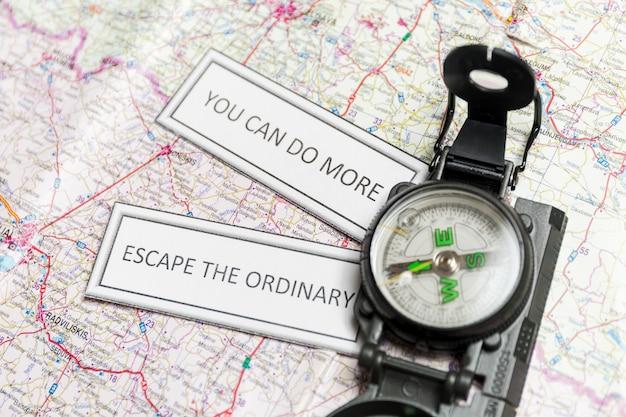Inspirierende schriften und kompass auf der karte Kostenlose Fotos