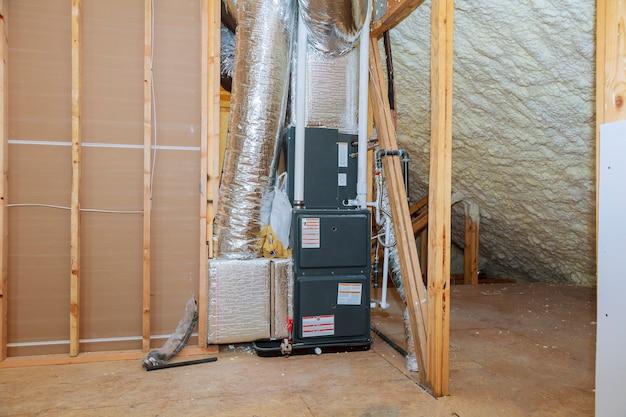 Installation des heizungssystems auf dem dach des rohrsystems der heizungsnahaufnahme Premium Fotos
