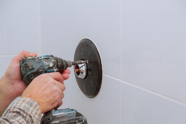 Installation einer neuen dusche-mischbatterie in einem badezimmer Premium Fotos