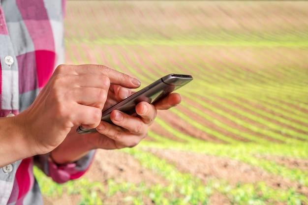 Intelligente landwirtschaft mit iot, futuristisches landwirtschaftskonzept und ökologischer landwirtschaft Premium Fotos
