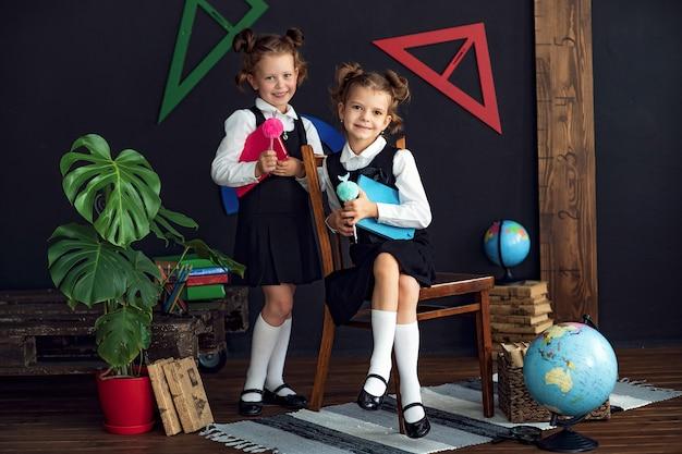 Intelligente mädchen mit büchern in der schule Premium Fotos