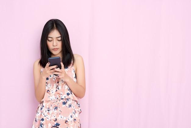 Intelligentes geschäfts- und technologiekonzept. schönheit, die e-mail auf mobile überprüft Premium Fotos