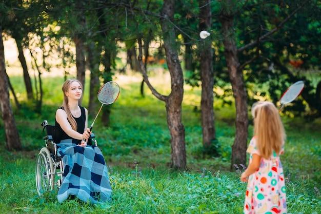 Interaktion einer gesunden person mit einer behinderten person Premium Fotos