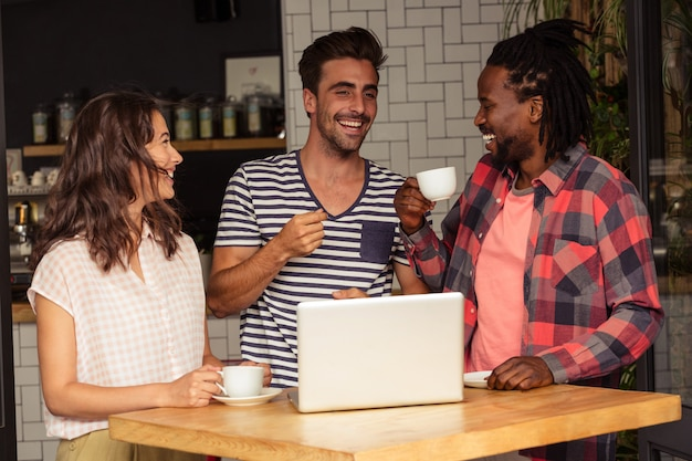 Interaktive freunde und laptop auf dem tisch Premium Fotos