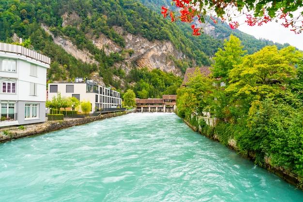 Interlaken-stadt mit dem thunersee, die schweiz Premium Fotos
