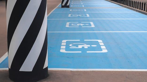 Internationales behindertes symbol gemalt im hellen blau auf einem einkaufszentrumparkplatz. Premium Fotos