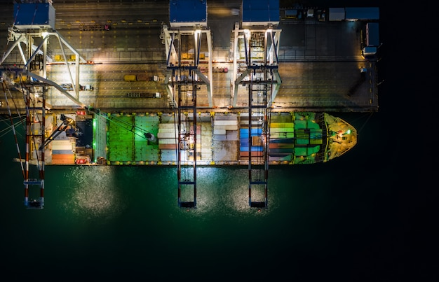 Internationales import- und exportgeschäft durch containerschifffahrt und frachtstation Premium Fotos