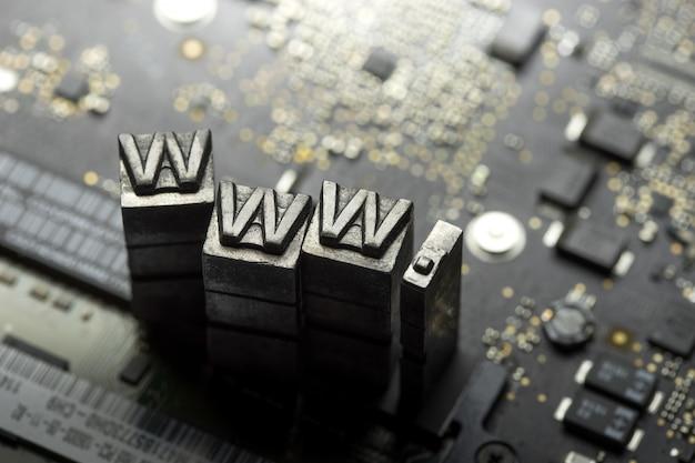 Internet-website-design und dotcom metal letterpress Premium Fotos