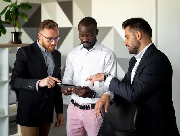 Interracial mitarbeiter in mittlerer einstellung Kostenlose Fotos