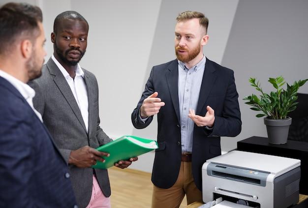 Interracial team diskutieren ideen Kostenlose Fotos