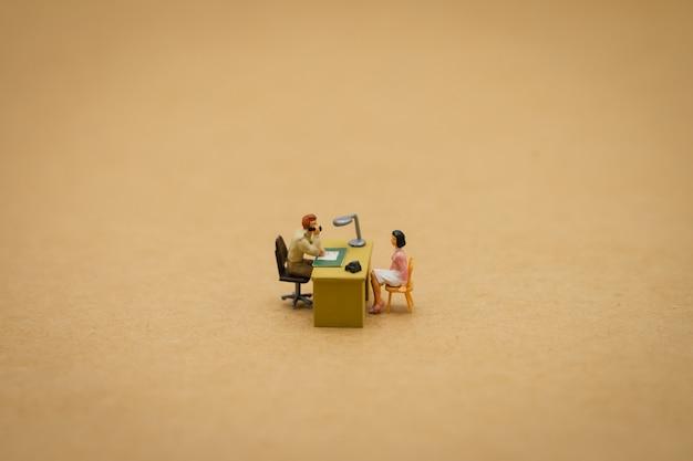 Interview mit bewerbern für miniaturmenschen Premium Fotos