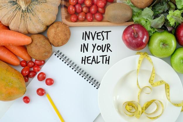 Investieren sie in ihre gesundheit, gesundes lebensstilkonzept mit diät und eignung, erhalten sie herein, eignungsausrüstung und gesundes lebensmittel fit Premium Fotos