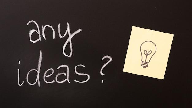 Irgendein ideentext mit fragezeichen und klebriger anmerkung über tafel Kostenlose Fotos