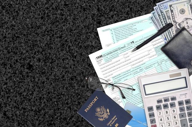 Irs-formular 1040 die individuelle einkommensteuererklärung liegt auf einem flachen bürotisch Premium Fotos
