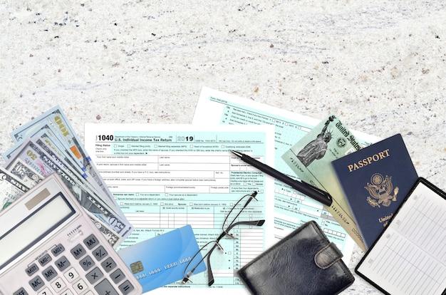 Irs-formular 1040 us individuelle einkommensteuererklärung mit rückerstattungsscheck Premium Fotos