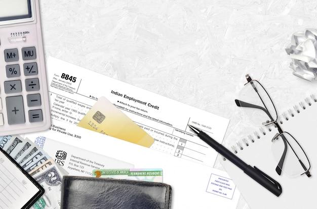 Irs-formular 8845 indian employment credit liegt auf einem flachen bürotisch und ist bereit zu füllen Premium Fotos