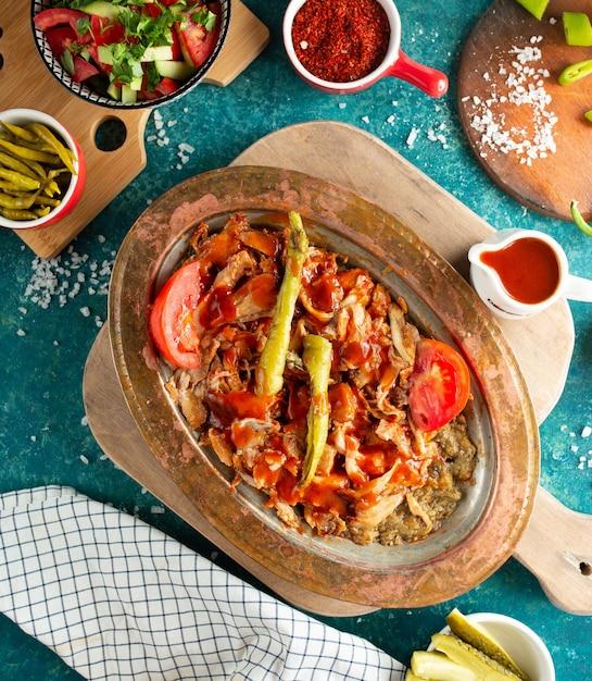 Iskender-kebab auf dem tisch Kostenlose Fotos