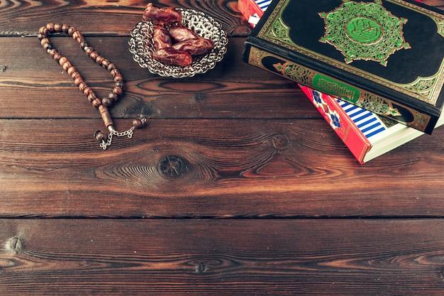 Islamische heilige schrift auf holztisch Premium Fotos