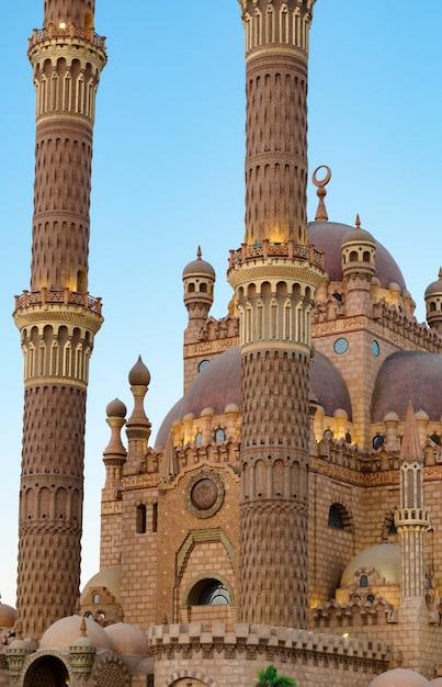 Islamischer hintergrund mit der al sahaba moschee in sharm el sheikh gegen den hellen himmel der ramadan-dämmerung Premium Fotos