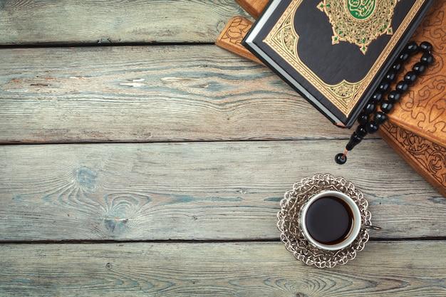 Islamischer quran der heiligen schrift mit rosenkranz. ramadan-konzept Premium Fotos