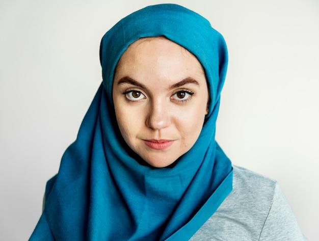 Islamisches frauenporträt, das kamera betrachtet Kostenlose Fotos