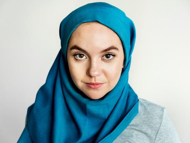 Islamisches frauenportrait, das kamera betrachtet Kostenlose Fotos