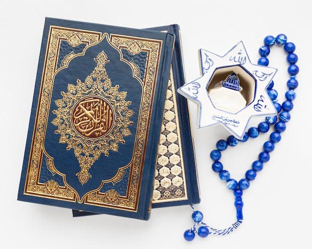 Islamisches neujahrskonzept der nahaufnahme mit koranbuch Kostenlose Fotos